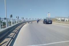 Grave incidente sul sovrappasso per il cimitero, coinvolto motociclista