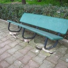 """I vandali fanno un  """"falò """" nel parco comunale: divelte tre panchine e danneggiato l'impianto di irrigazione"""