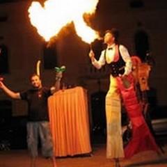 Giocolieri, clown, musica live e l'arte del fuoco per Natale