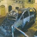 Nottata di fuoco: due auto date alle fiamme in due zone diverse