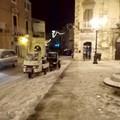 Emergenza neve: operatori comunali al lavoro per spalare ghiaccio dai marciapiedi
