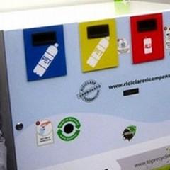 Ogni 50 bottiglie di plastica, 1 euro di sconto sulla spesa. Il video di come funziona l'eco-compattatore