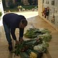 Fiori freschi invenduti donati ai defunti nel cimitero di Terlizzi