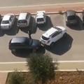 Spingono l'auto con un'altra e scappano: il furto in un VIDEO choc