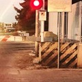 Auto tra le sbarre abbassate: l'intervento della Polizia Locale sblocca la situazione