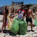 Quattro volontari terlizzesi ripuliscono la spiaggia della Torretta a Giovinazzo