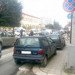 Parcheggia sul marciapiedi, in divieto di fermata e sulle strisce pedonali
