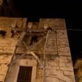 Danneggiata l'impalcatura in legno che sostiene gattoni in pietra di un edificio antico