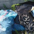 Un'officina abbandonata in strada: un caso di rifiuti illeciti