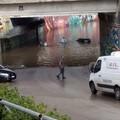 Sottopasso allagato, auto bloccata dalla pioggia (video)