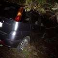 Auto fuori strada sulla Terlizzi-Mariotto per colpa di tufi sulla carreggiata