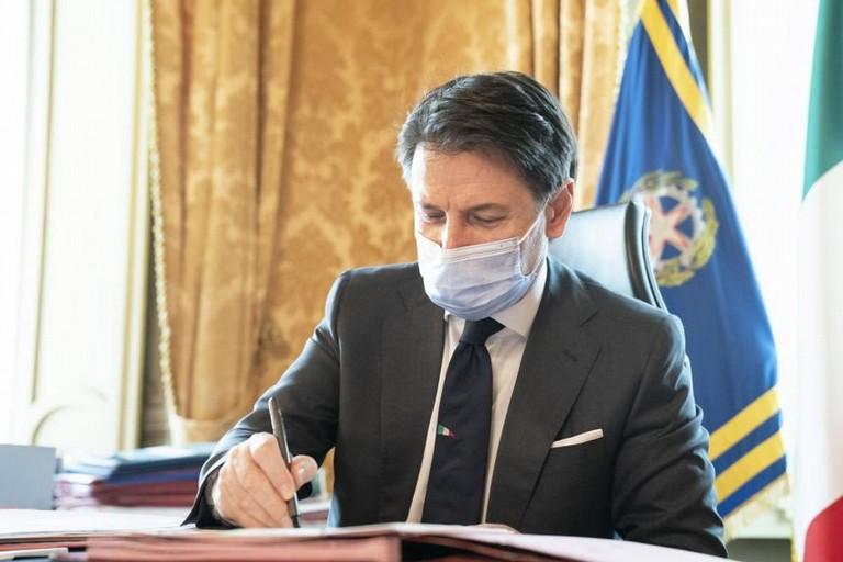 Giuseppe Conte firma il DPCM