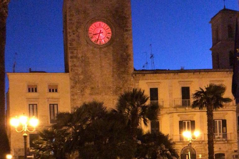 La Torre dell'orologio si illumina di rosso per celebrare la Giornata Mondiale della Croce Rossa (FOTO)