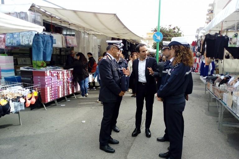 polizia locale al mercato