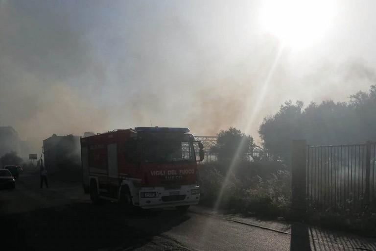 Incendio in contrada Chicoli. <span>Foto Francesco Pittò</span>