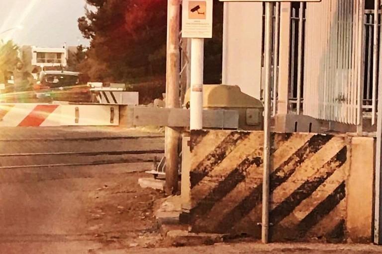 L'auto bloccata tra le sbarre abbassate