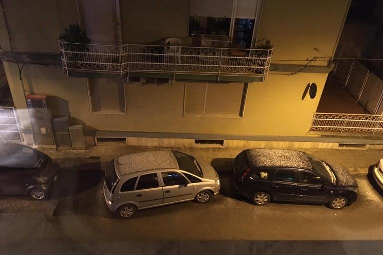Neve sulle auto. <span>Foto Vincenza Urbano</span>
