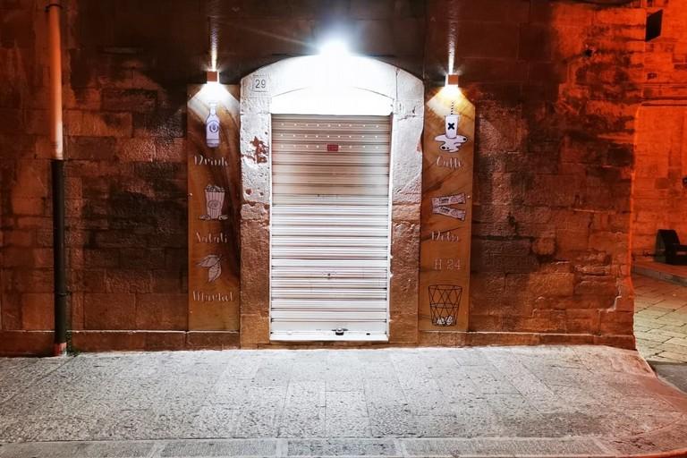 Distributori automatici chiusi. <span>Foto Francesco Pittò</span>