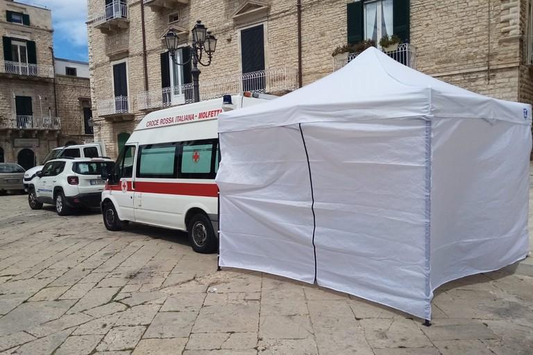La tenda della CRI in piazza Cavour. <span>Foto Cosma Cacciapaglia</span>