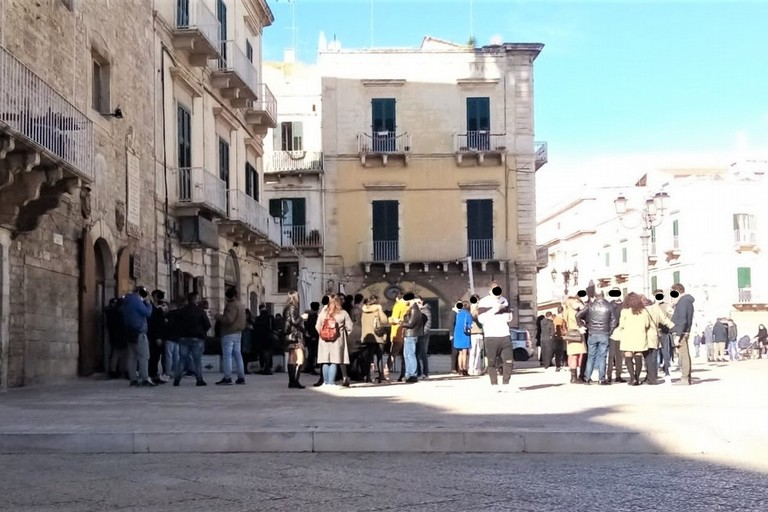 Assembramenti in piazza Cavour