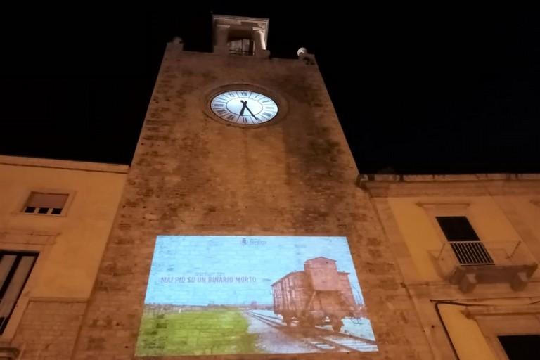 La proiezione sulla Torre Normanna. <span>Foto Cosma Cacciapaglia</span>