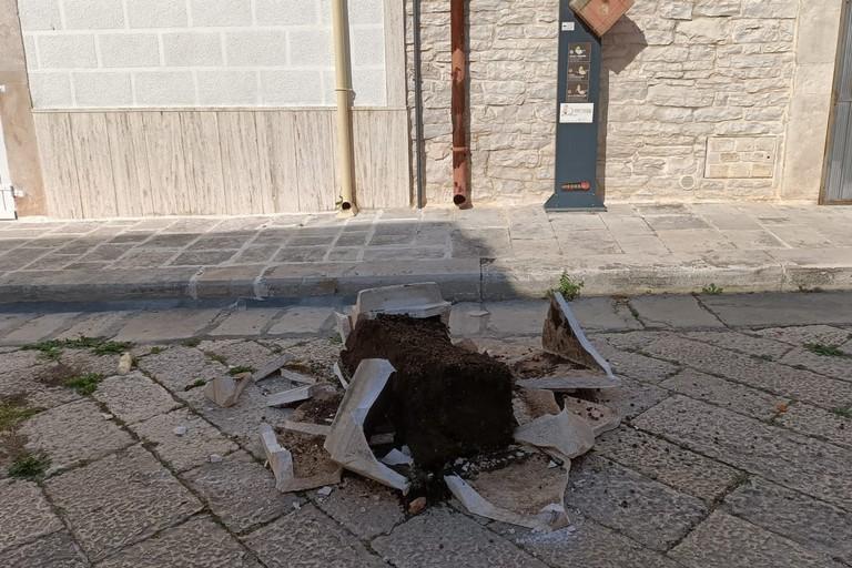 Fioriera distrutta a Sovereto. <span>Foto Francesco Pittò</span>