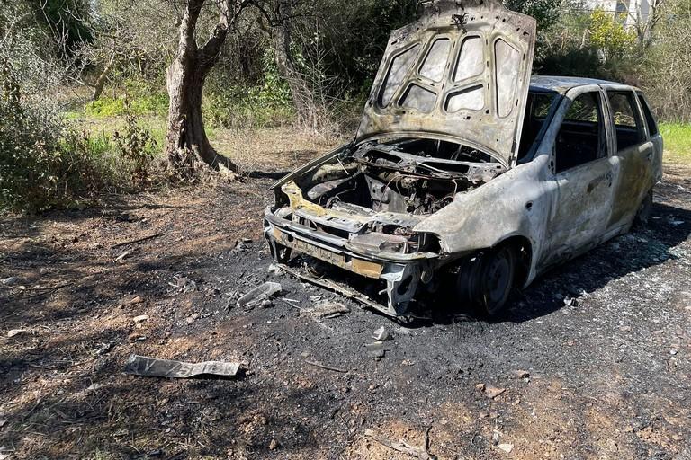 La Fiat Punto incendiata in località Pozzo Rosso