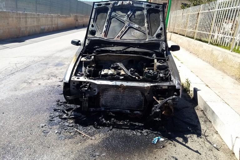 L'auto che ha preso fuoco. <span>Foto Cosma Cacciapaglia</span>