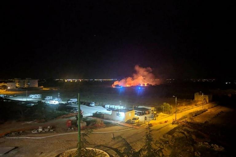 Vasto incendio di erba secca in zona Lago dei Fiori