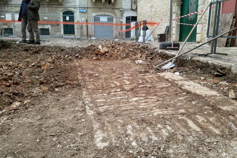 Largo Amedeo, ritrovato un antico lastricato in pietra