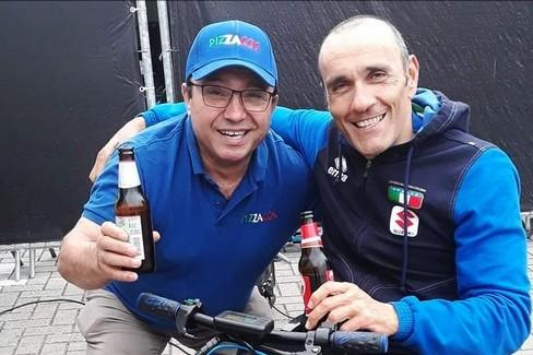 Luca Mazzone festeggia con una birra