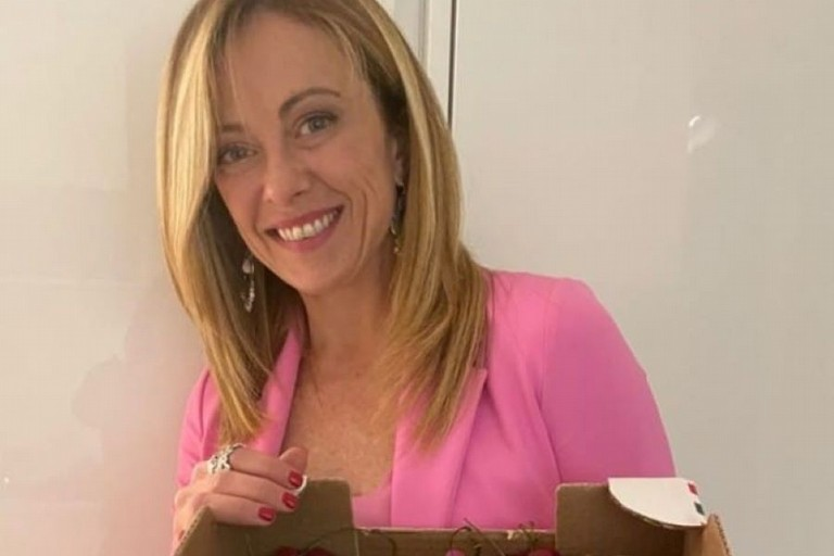 Giorgia Meloni con le ciliegie Ferrovia di Terlizzi