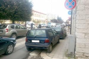 auto parcheggiata divieto fermata