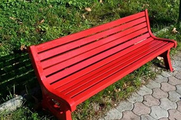 Una panchina rossa in viale Roma