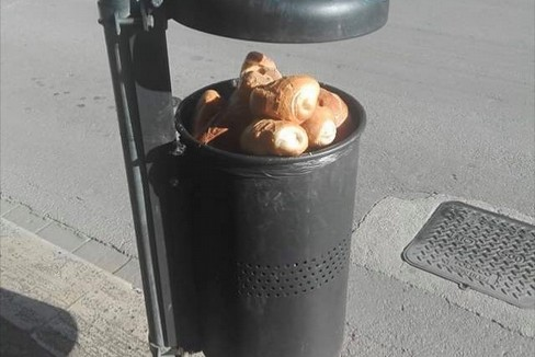Pane gettato nel cestino portarifiuti