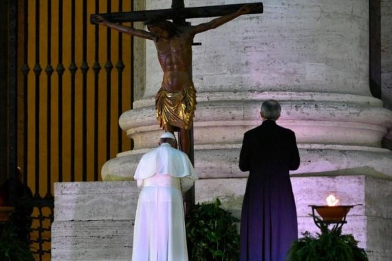 Papa Francesco prega davanti al crocifisso