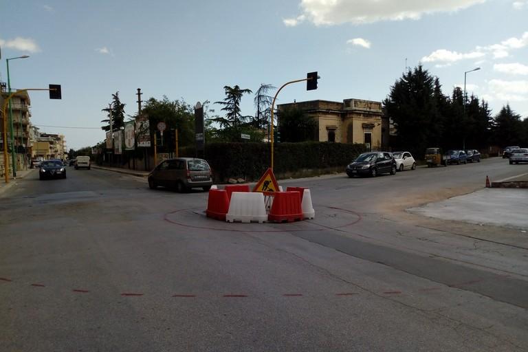 Rotatoria via Diaz. <span>Foto Cosma Cacciapaglia</span>