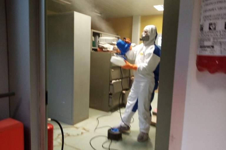 Sanificazione uffici comunali. <span>Foto Cosma Cacciapaglia</span>