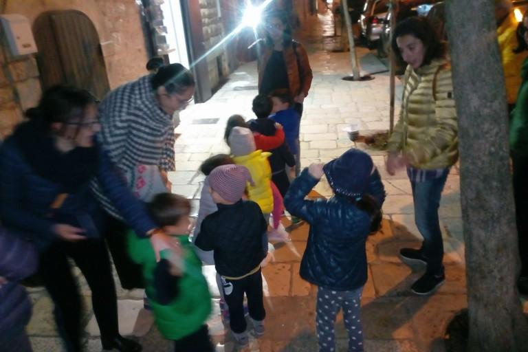 I bambini si prendono cura degli alberi di via Mazzini