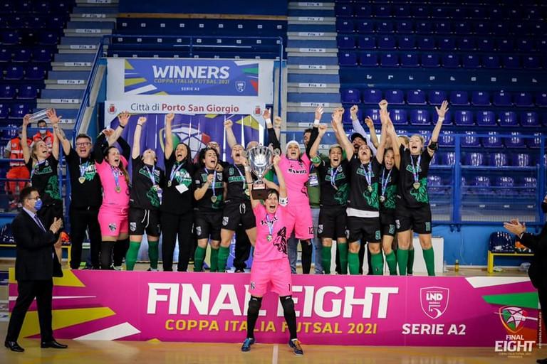 Tempesta alza la coppa. <span>Foto Divisione Calcio a 5 - Final Eight</span>